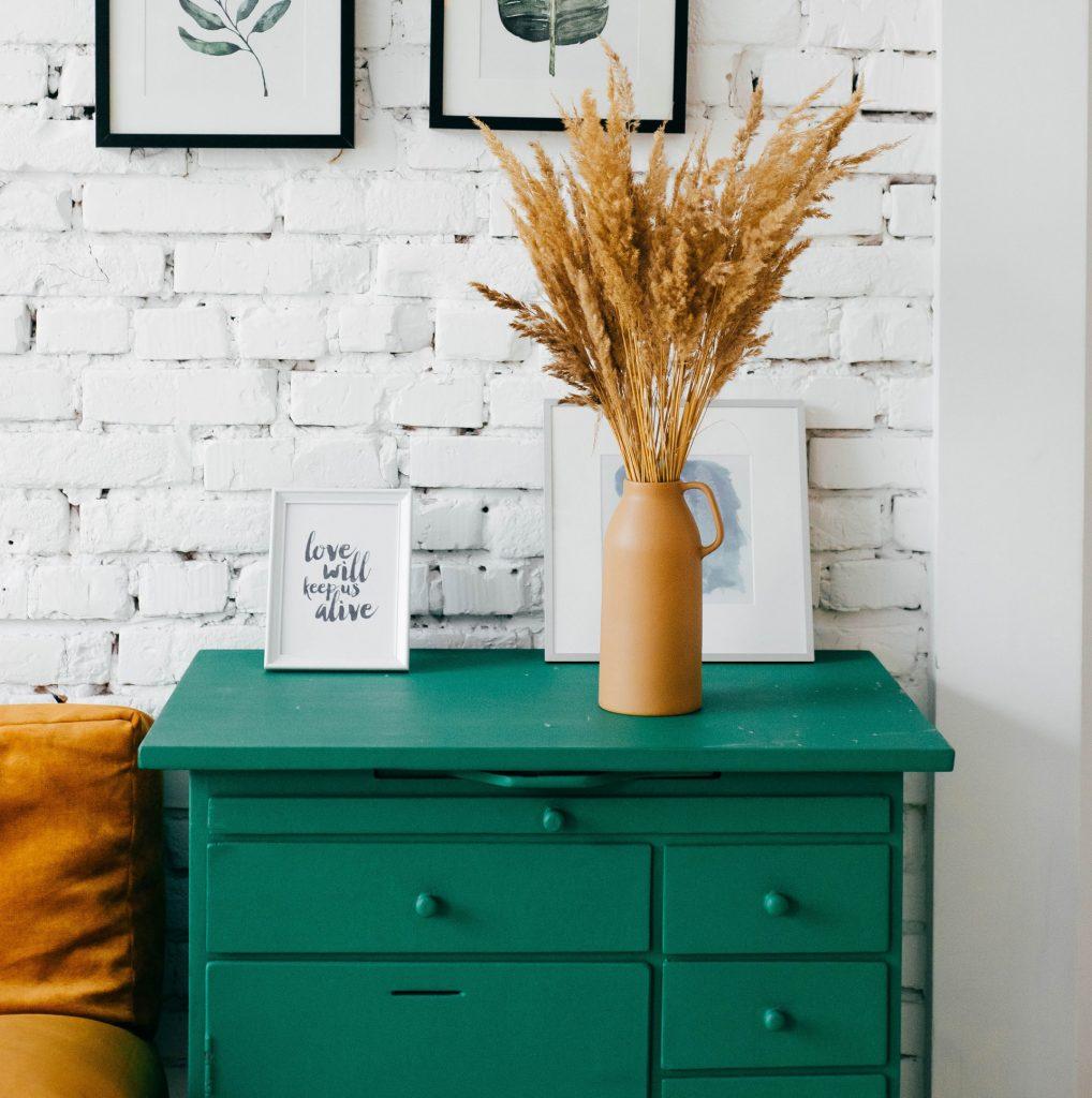 Restaura tu mobiliario, puedes cambiar color, retapizar, etc.